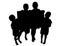 Silhouet met het Knippen van de Jonge geitjes van de Weg met Teken Royalty-vrije Stock Afbeelding