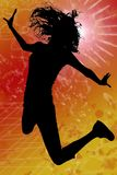 Silhouet met het Knippen van Weg van het Springen van de Vrouw Stock Foto's
