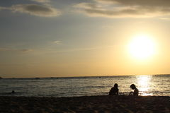 Silhouet met twee mensen Stock Foto's
