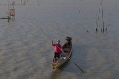 Silhouet op boot over het meer in Thailand, Visindustrie royalty-vrije stock foto