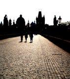 Silhouet op Charles brug in Praag Stock Foto's
