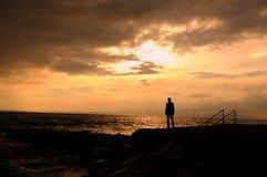 Silhouet op het alleen strand Stock Foto