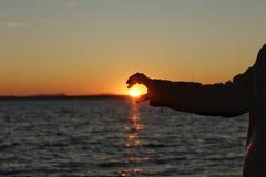 Silhouet op het strand bij zonsondergang royalty-vrije stock afbeelding