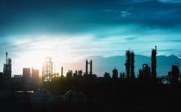 Silhouet petrochemische installatie Stock Afbeeldingen
