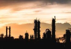 Silhouet petrochemische installaties Stock Afbeeldingen