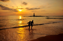 Silhouet romantische scène van paren op het strand  Royalty-vrije Stock Fotografie