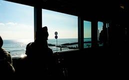 Silhouet, Spoortrein naast een Strand Stock Foto's