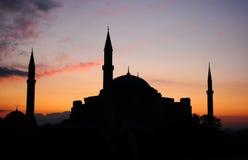 Silhouet tijdens zonsopgang van een moskee in Turkije. Royalty-vrije Stock Foto's