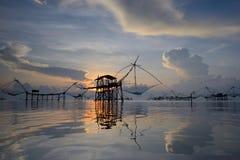 Silhouet traditionele visserijmethode die een bamboe vierkante onderdompeling gebruiken Stock Fotografie
