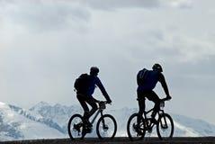 Silhouet twee bergfietsers Stock Foto