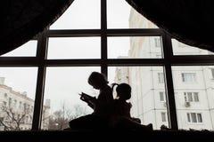 Silhouet, twee kinderen het spelen Royalty-vrije Stock Afbeeldingen