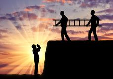 Silhouet twee mensen draagt een ladder aan de een andere mens die aan de kuil, hulp verzoeken stock foto's