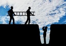 Silhouet twee mensen draagt een ladder aan de een andere mens die aan de kuil, hulp verzoeken stock foto