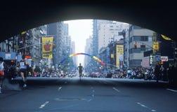 Silhouet van agent in NY de Marathon van de Stad op 1st Weg Royalty-vrije Stock Fotografie