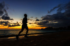 Silhouet van agentjogging langs strand Royalty-vrije Stock Fotografie