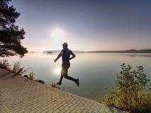 Silhouet van atleet op zonsondergang achtergrondexemplaarruimte die in werking wordt gesteld royalty-vrije stock fotografie