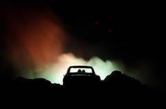 silhouet van auto met paar binnen op donkere achtergrond met lichten en rook Romantische scène Het concept van de liefde Stock Foto's