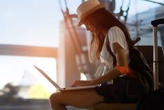 Silhouet van Aziatische vrouwentiener die laptop met behulp van stock afbeeldingen