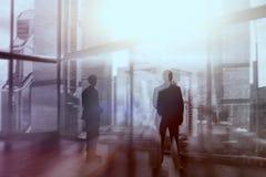 Silhouet van Bedrijfsmensen die door Venster stellen Silhouet van zakenlieden op vensters stock afbeeldingen
