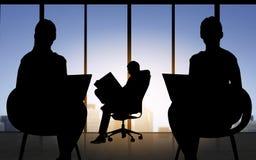 Silhouet van bedrijfsmensen die op kantoor werken royalty-vrije illustratie