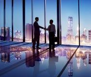 Silhouet van Bedrijfsmensenhand het Schudden in het Bureau Stock Afbeeldingen