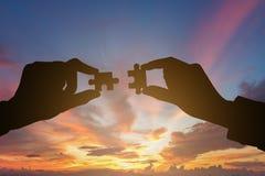 Silhouet van Bedrijfsmensenhanden die raadsel verbinden royalty-vrije stock afbeeldingen
