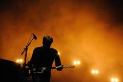 Silhouet van Ben Gibbard, vocalist en gitarist van de Postband Stock Foto