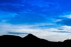 Silhouet van berg Stock Foto's
