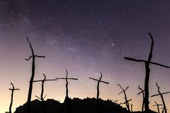 Silhouet van bergen en kruisen met de Melkweg op de achtergrond stock afbeelding