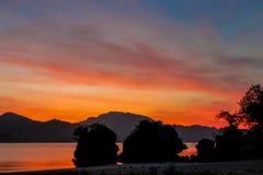 Silhouet van bergklip bij oranje roze zonsondergang bij de overzeese strandtoevlucht in Thailand, Krabi, Railey en Tonsai stock foto's
