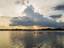 Silhouet van boot en visser royalty-vrije stock afbeelding