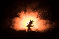 Silhouet van brand ademhalingsdraak met grote vleugels op een donkeroranje achtergrond verschrikkingsbeeld stock fotografie
