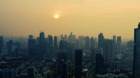 Silhouet van bureaugebouwen in de stad van Djakarta stock video