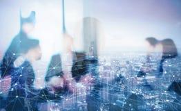 Silhouet van businessperson in bureau met netwerkeffect Concept vennootschap en groepswerk stock foto's