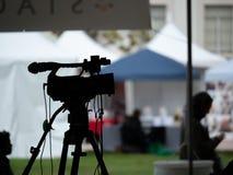 Silhouet van cameraopstelling bij een openluchtfestival stock foto's