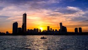 Silhouet van Cityscape bij Zonsondergang in Seoel, Zuid-Korea stock foto's