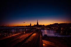 Silhouet van cityscape van Stockholm horizon bij zonsondergang, schemer, Zweed stock afbeeldingen