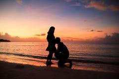 silhouet van couplewith een mooie zonsondergang Stock Afbeelding