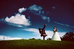 Silhouet van creatieve dansende bruidegom en bruid Stock Fotografie