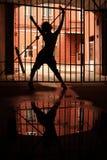Silhouet van dansend meisje in dark Stock Foto
