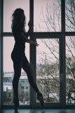 Silhouet van de ballerina, Ballerina bij een venster royalty-vrije stock fotografie