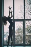 Silhouet van de ballerina, Ballerina bij een venster royalty-vrije stock afbeeldingen