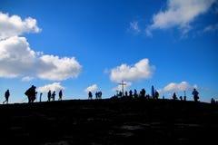 Silhouet van de bovenkant van een hoge berg stock fotografie