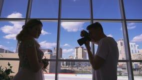 Silhouet van de fotograaf tegen de hemel stock footage