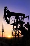 Silhouet van de hefbomen van de oliepomp royalty-vrije stock afbeeldingen