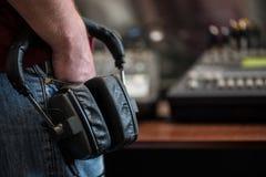 Silhouet van de hoofdtelefoons van een mensenholding in radiostudio's royalty-vrije stock foto's