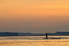 Silhouet van de jonge mens in een kano langs Napo stock fotografie