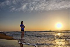 Silhouet van de jonge mens op strand Royalty-vrije Stock Fotografie