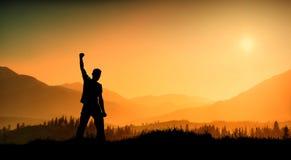 Silhouet van de jonge mens tegen nevelige vallei royalty-vrije stock fotografie