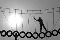 Silhouet van de kabels van een klimmerholding stock foto's